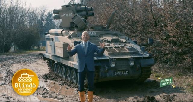 Giorgio Mastrota in TV con il carro armato Apokas